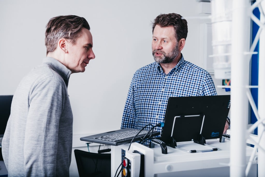 Steinar Overbeck Cook i Andreas Lord z Element Logic w laboratorium